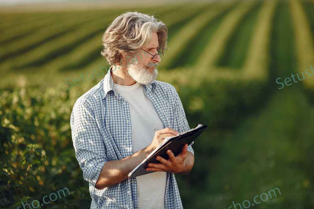 پیرمرد در مزرعه در حال جمع آوری اطلاعات