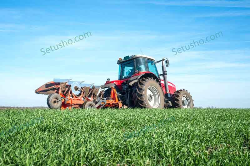 تراکتور در مزرعه در حال برداشت محصول